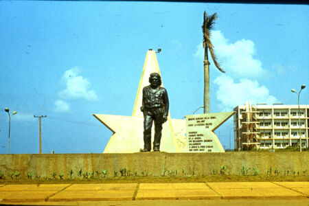 1983-1985. Памятник Че Геваре перед заводоуправлением.  Фото 2