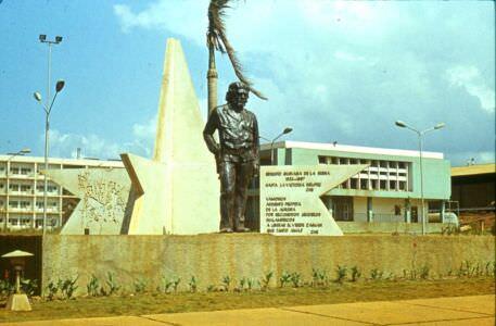 1983-1985. Памятник Че Геваре перед заводоуправлением.  Фото 1