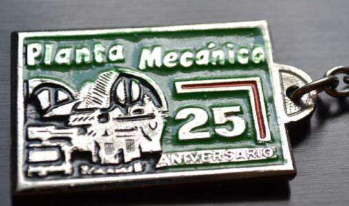 044. 1987-1991. Брелок в честь 25-летия завода «Планта Механика». Ракурс 1.