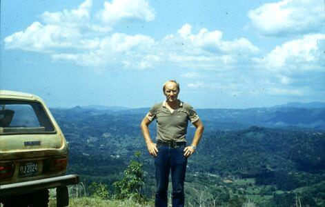 Горы Сьерра-Маэстра. 1983-1985. Юрий Шепелев на фоне пейзажа.