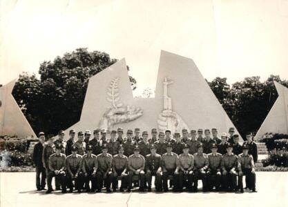 1985-04-22. Групповая фотография у Мемориала.