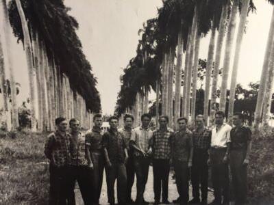 107. «В Уахае, недалеко от Гаваны. Автор этих строк крайний справа».