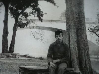090. 1978-1979. Мост через речку Альмендарес , которая протекала как раз мимо клуба. Сидит на скамейке А. Верещагин.