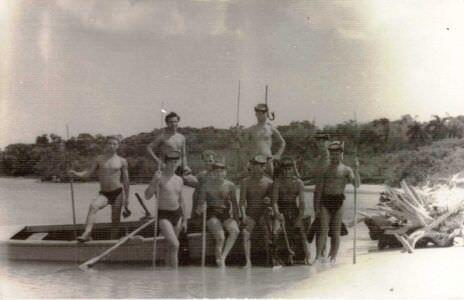 24. Наиболее активные пловцы – подводники на самодельной лодке в бухте Кабаньяс. Куба. Апрель – май 1963 года.