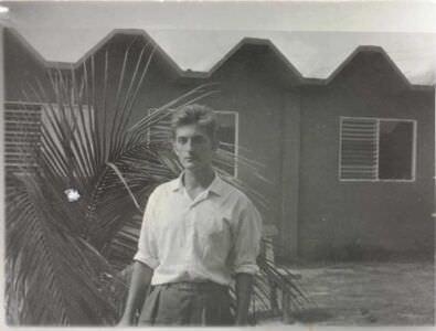 36. У офицерского общежития, март 1963.