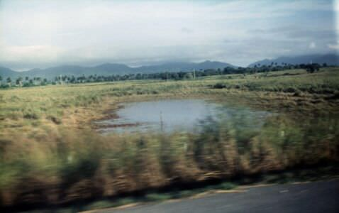 1989-11-ХХ. Дорога из Гаваны в Пинар-дель-Рио. Судя по наличию гор, фото сделаны уже в провинции Пинар-дель-Рио. Небольшой водоём. Посредине стоит человек (?).