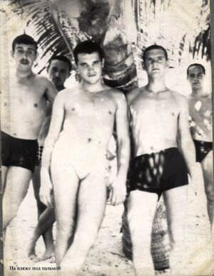 062. 1965-1967. На пляже под пальмой