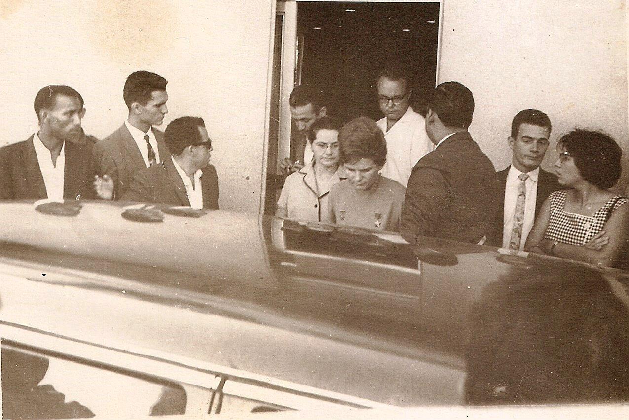 1963, 8 октября. Валентина Терешкова садится в машину. За ней идет жена Гагарина, Валентина Ивановна