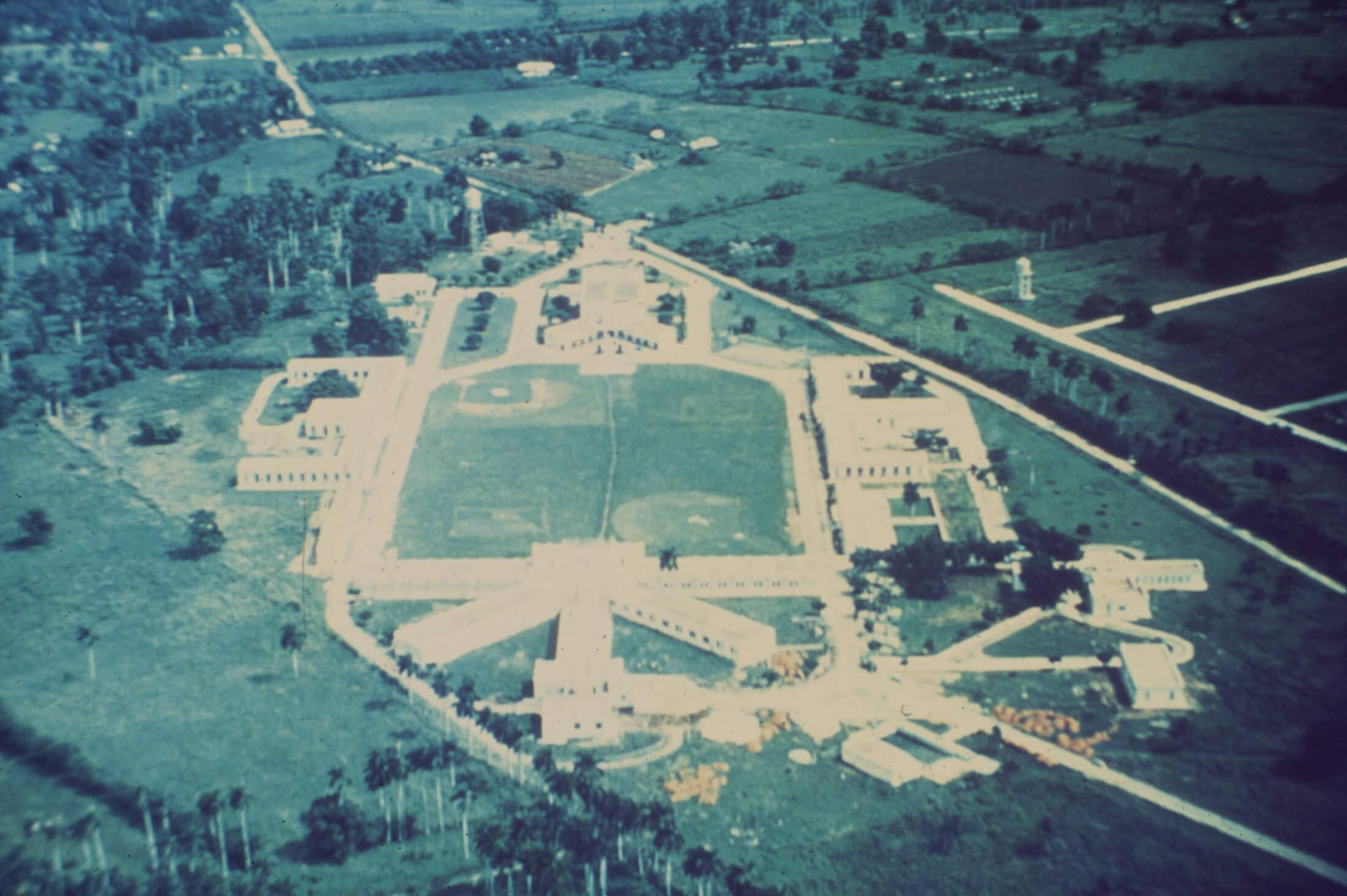 Вид с воздуха на колонию для несовершеннолетних Торренс, около 1955 года.