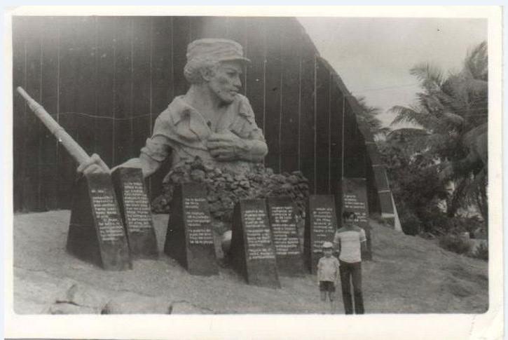 1985-1986. У памятника Педро Сотто Альба в Моа. 2
