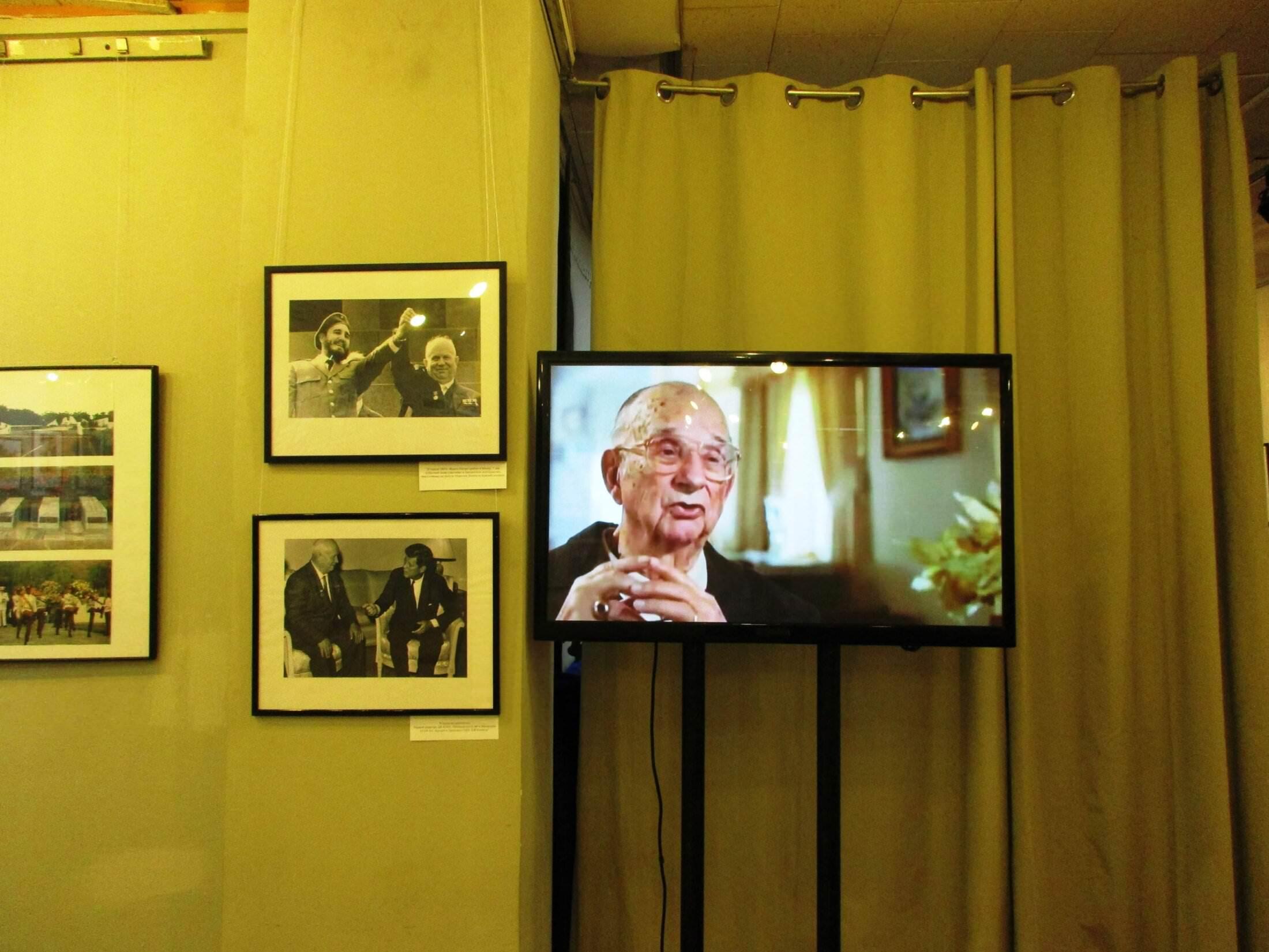 2016-10-27. Мемориал, политические лидеры, телевизор, по которому идет фильм о Карибском кризисе