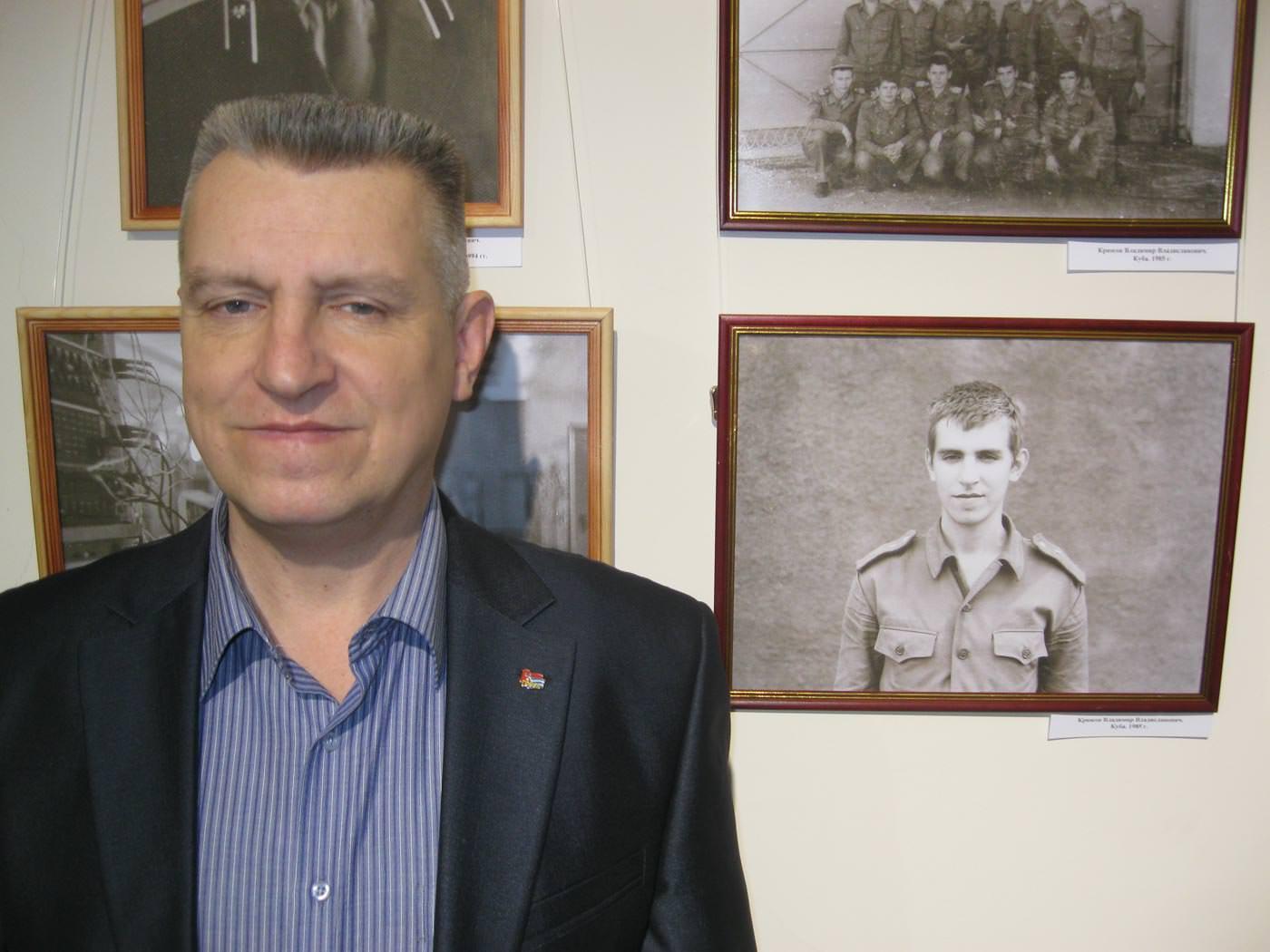 2016. Январь. Крюков Владимир рядом со своим фото, 32 года назад