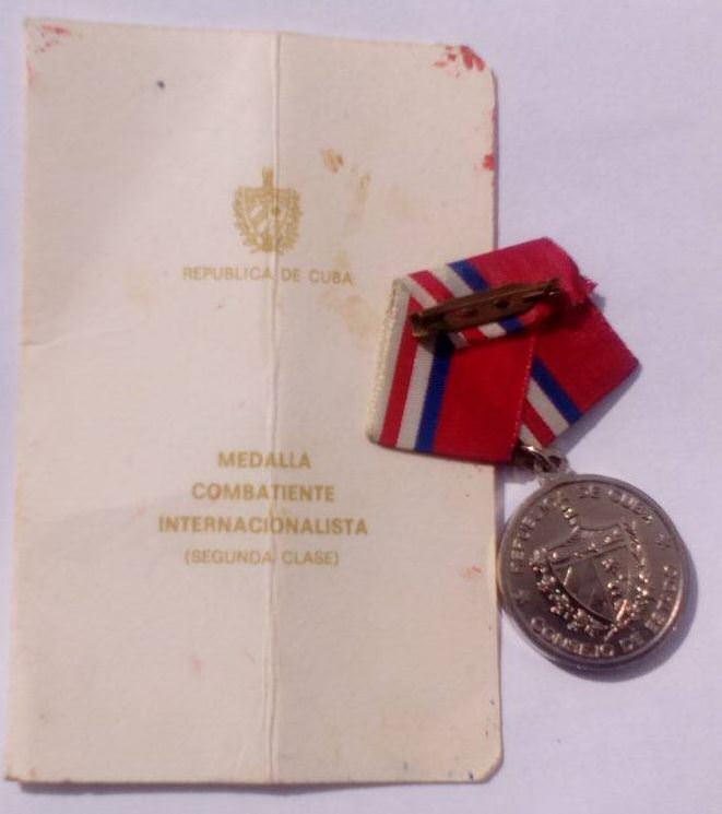 1985-05-06. Удостоверение к медали воина-интернационалиста II степени (лист 1) и медаль (реверс).