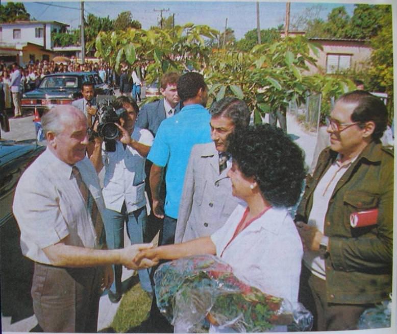 1990. Визит М.С.Горбачева на Кубу 1989 год. Горбачев среди гаванцев.