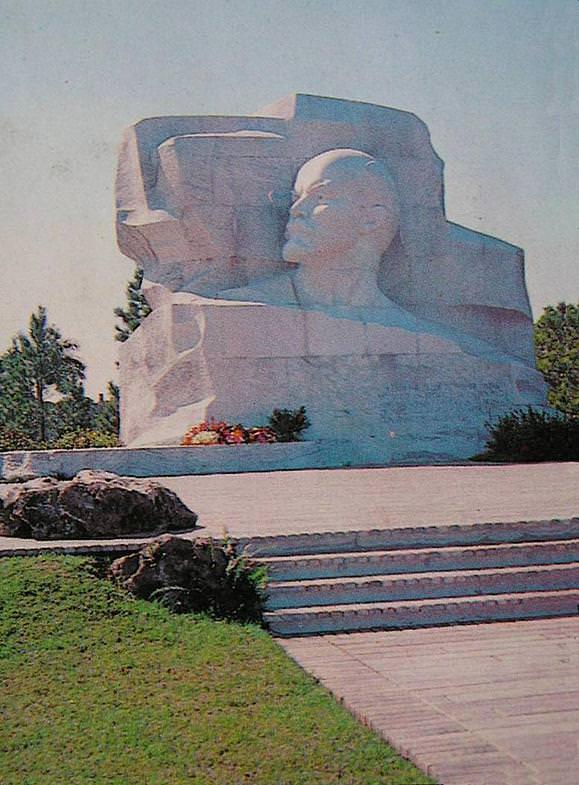 1990. Парк Ленина в окрестностях Гаваны. Памятник Ленину.