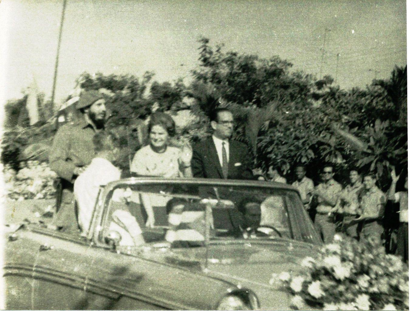 1963, 8 октября. В.В. Терешкова, Фидель Кастро, президент Кубы Освальдо Дортикос Торрадо. Встреча в аэропорту им. Хосе Марти в Гаване