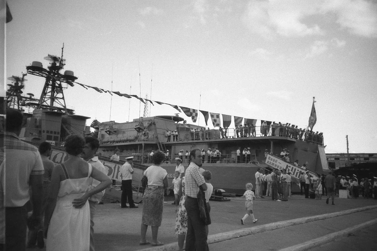 1988. Вид на корабли с берега.