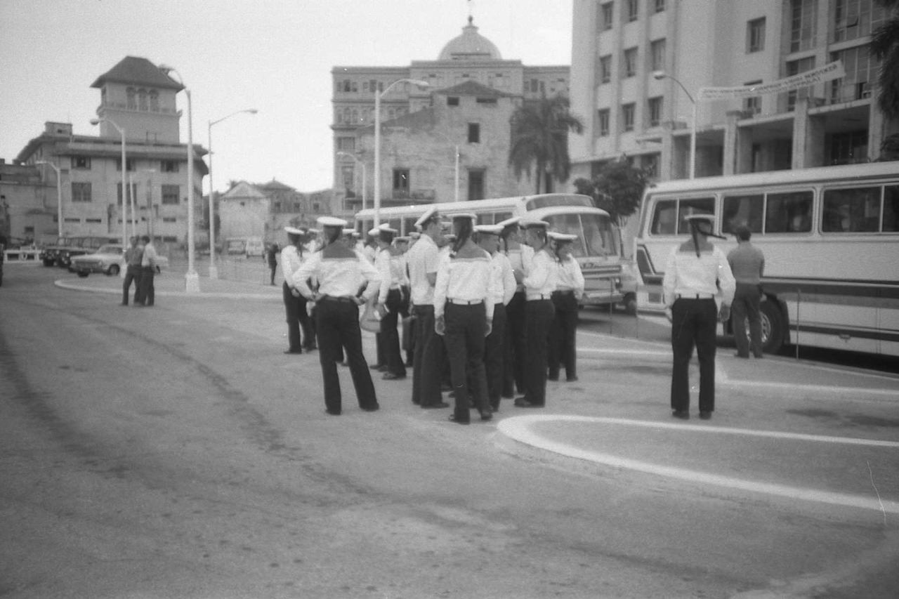 1988. Группа матросов на берегу.