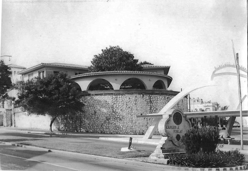 Угол улиц 47-28. Памятник Карлосу Финлею на центральной части 28 улицы напротив автобусной остановки
